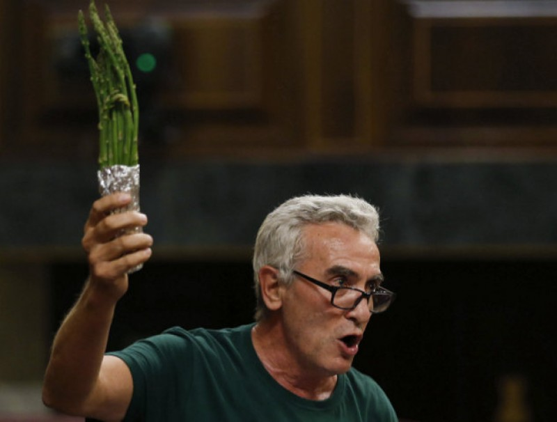 Asparagus-waving MP causes a stir in Spanish parliament