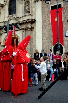 Murcia Semana Santa, Coloraos stain the streets red