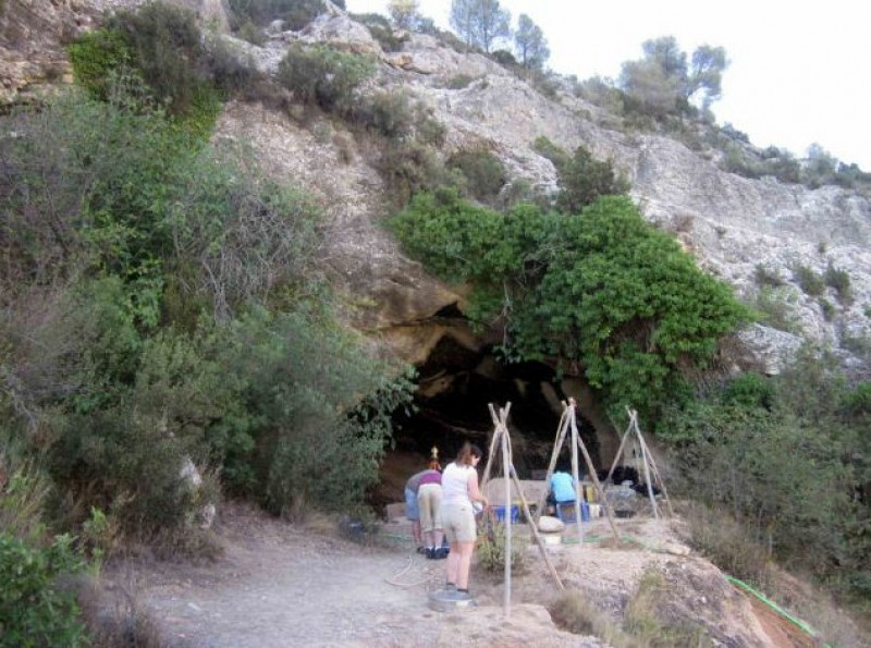 International students at the 38th archaeological dig at the Cueva Negra in Caravaca