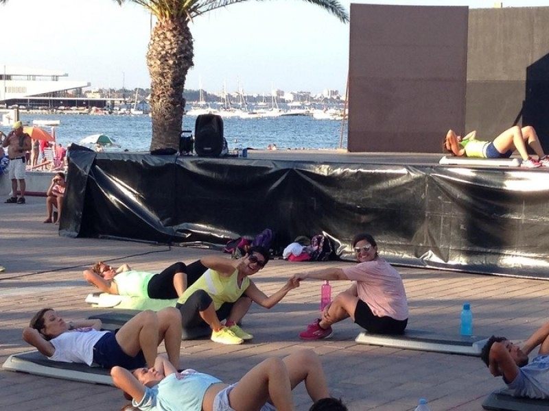 Free fitness classes daily on Santiago de la Ribera beaches this summer