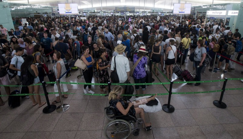 Security staff strike causes long delays at Barcelona-El Prat airport