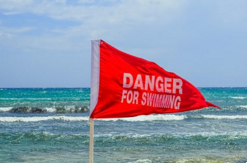Heavy fines ruin the holidays of two La Manga bathers who disregarded red flags