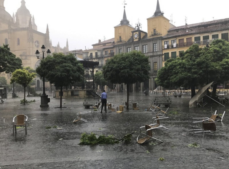 <span style='color:#780948'>ARCHIVED</span> - Scenes of devastation in Segovia city centre after whirlwind storm