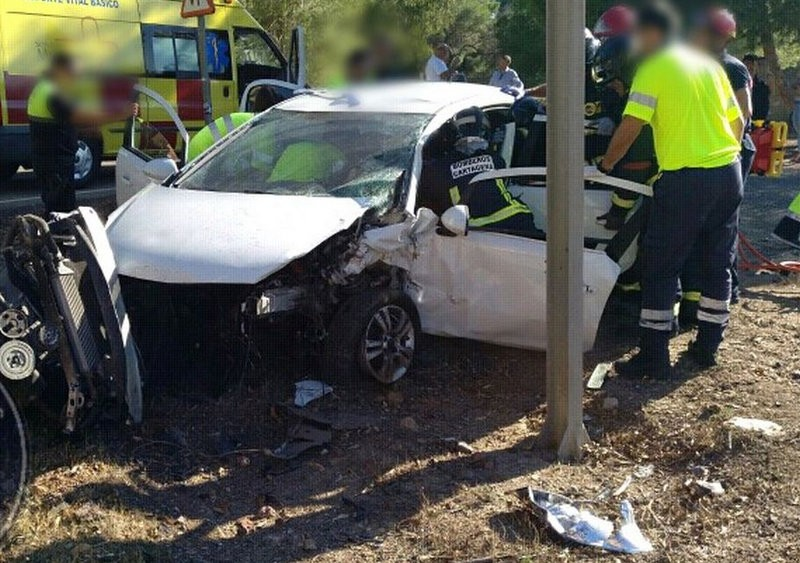 Mother and child cut free from wreckage after car accident on the Portmán road