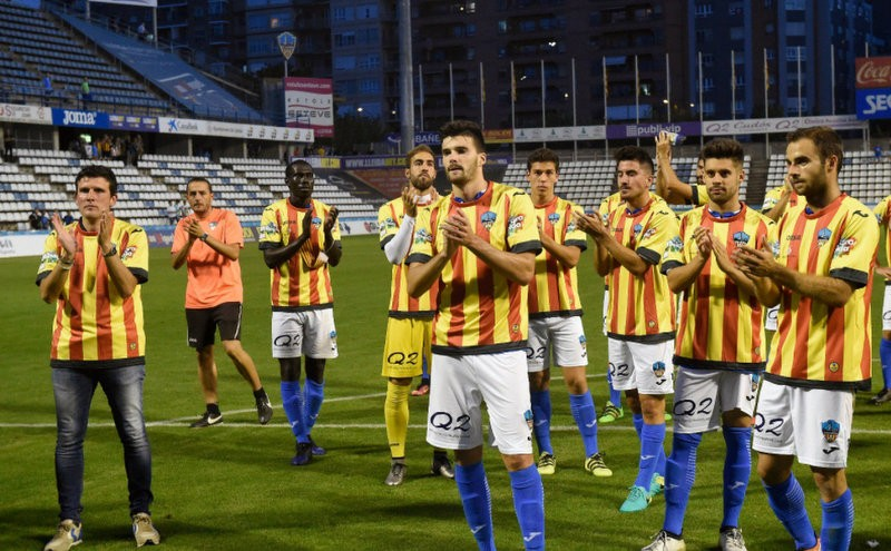 <span style='color:#780948'>ARCHIVED</span> - Football referee shows the red card to pro-Catalan referendum shirts in Lleida