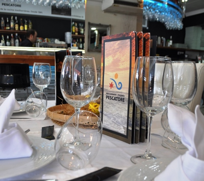Wood-fired pizzas and freshly caught seafood at Restaurante Pescatore in Puerto de Mazarrón