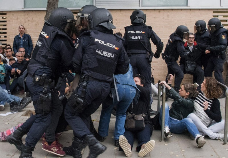 <span style='color:#780948'>ARCHIVED</span> - Violent police clashes during Catalan independence referendum