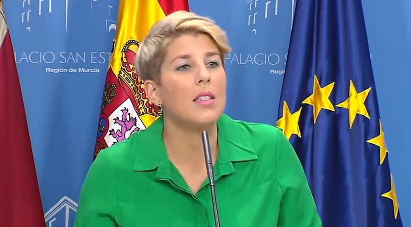 Murcia government spokeswoman shows support for Spain and the King by wearing green