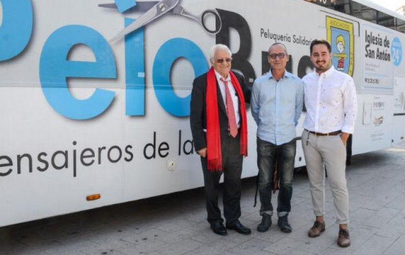 Haircuts for the homeless as the Pelobus reaches the Region of Murcia