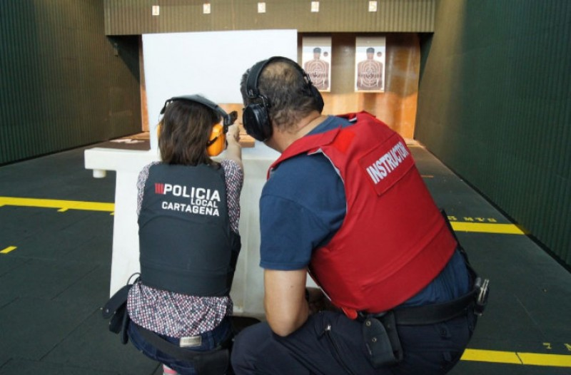 <span style='color:#780948'>ARCHIVED</span> - Cartagena police in firearms training