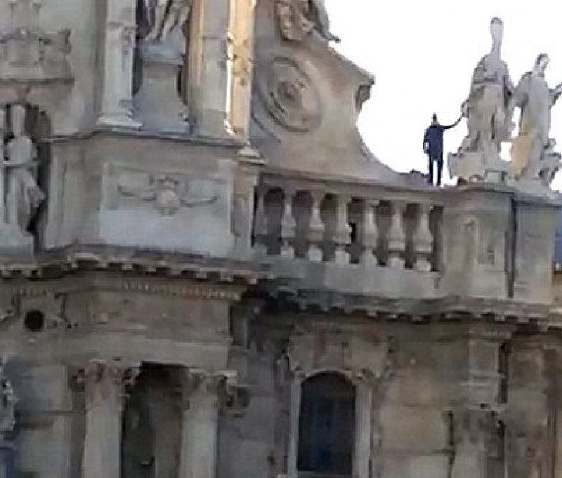 Potential suicide climbs down from Murcia Cathedral