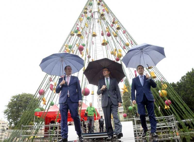 <span style='color:#780948'>ARCHIVED</span> - Installation of 40-metre Christmas tree under way in Murcia