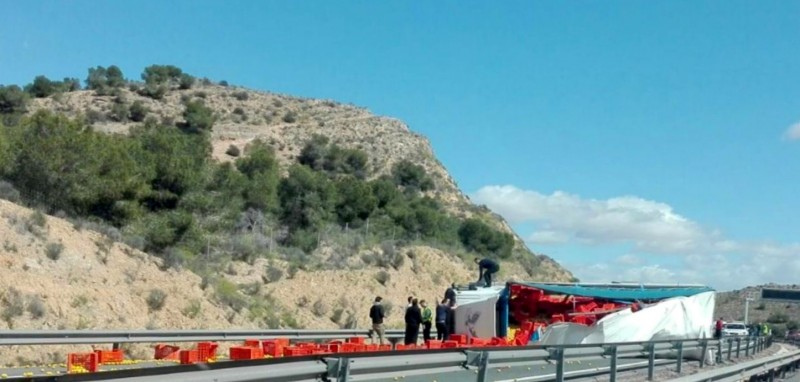Driving over lemons after lorry overturns on the Alicante-Murcia motorway!