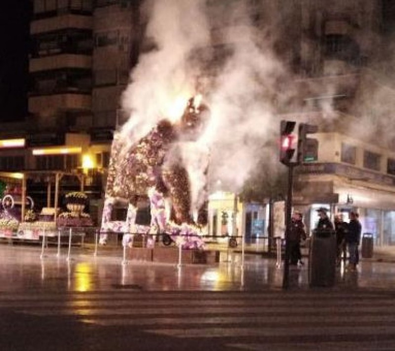 <span style='color:#780948'>ARCHIVED</span> - Vandal sets fire to floral monument in the city of Murcia