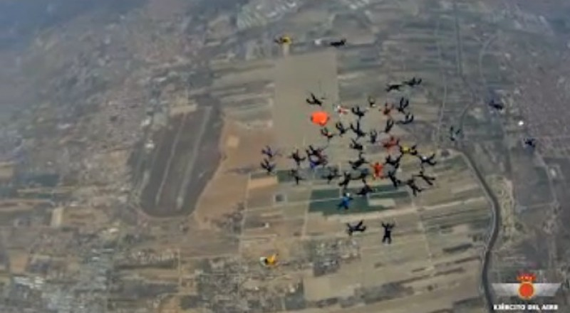 Free fall formation sky divers narrowly miss out on record in Alcantarilla