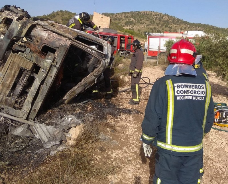 <span style='color:#780948'>ARCHIVED</span> - Fortuna lorry driver dies trapped in cab as concrete lorry overturns