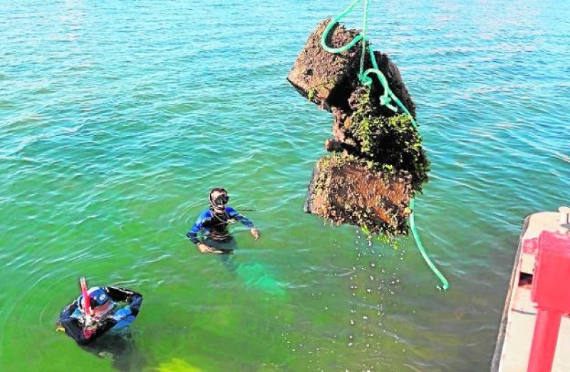 Illegal mooring points removed from the Mar Menor in Playa Honda
