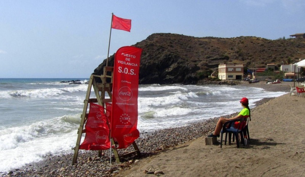 """Red """"no bathing"""" flags at two Costa Cálida beaches on Monday"""