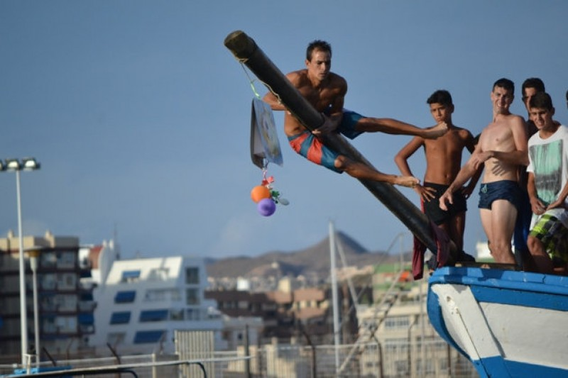 Águilas man wins greasy pole competition for the 16th successive year!