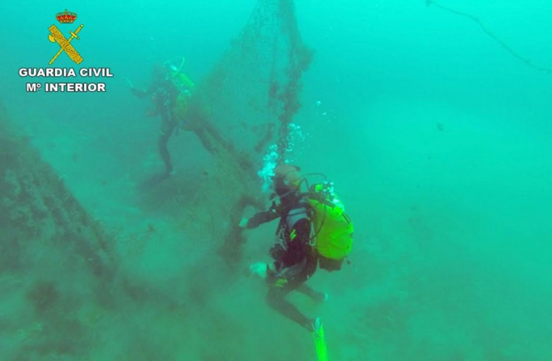 Guardia Civil divers recover sunken  fishing net from the Isla del Fraile