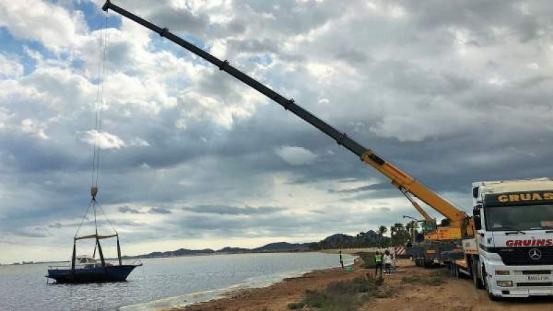 <span style='color:#780948'>ARCHIVED</span> - Abandoned 10-metre boat removed from the Mar Menor in Los Urrutias