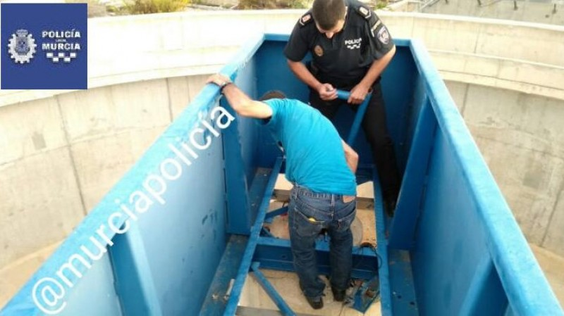 Murcia man rescued from 6-metre fall into abandoned water treatment tank