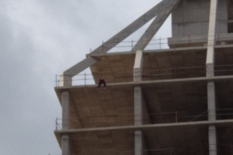 <span style='color:#780948'>ARCHIVED</span> - Drama in Espinardo as 14th-floor suicide threat is averted