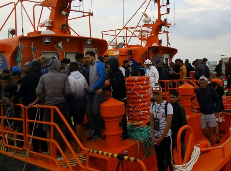Almost 900 migrants intercepted in the Mediterranean on Thursday: at least 14 missing