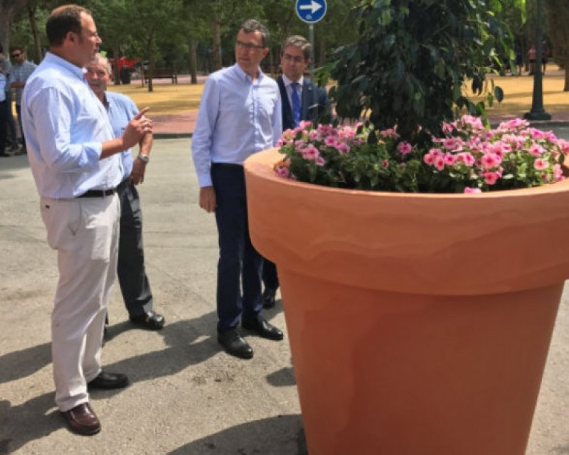Giant anti-terrorist flowerpots in central Murcia over Christmas