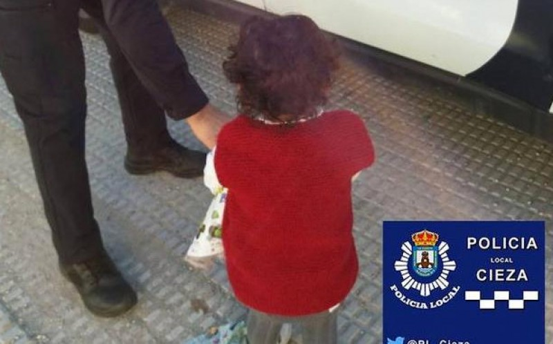 2-year-old girl saved as she wandered alone on the main N-301 road in Cieza