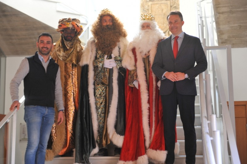Selfies, selfies and more selfies as the Three Kings dispense their magic in Lorca
