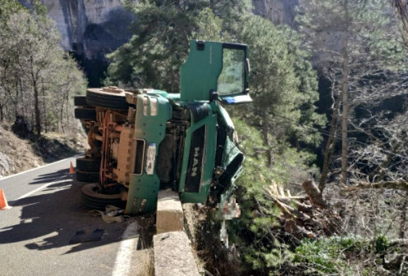 <span style='color:#780948'>ARCHIVED</span> - Dramatic rescue of lorry driver from ravine edge in Cuenca