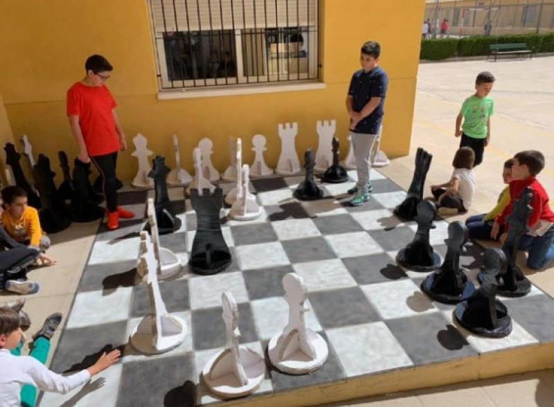 Totana schoolchildren make giant chess set out of recycled material