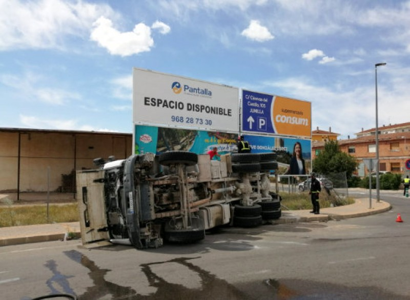 <span style='color:#780948'>ARCHIVED</span> - Cement mixer overturns at Jumilla roundabout