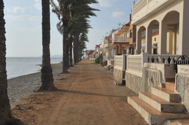 <span style='color:#780948'>ARCHIVED</span> - Los Urrutias residents angry at re-appearance of foul-smelling mud on the beach