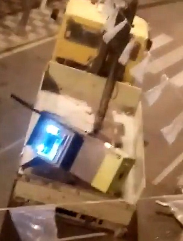 <span style='color:#780948'>ARCHIVED</span> - Bank robbers casually take cashpoint machine away on a tow truck in Archivel