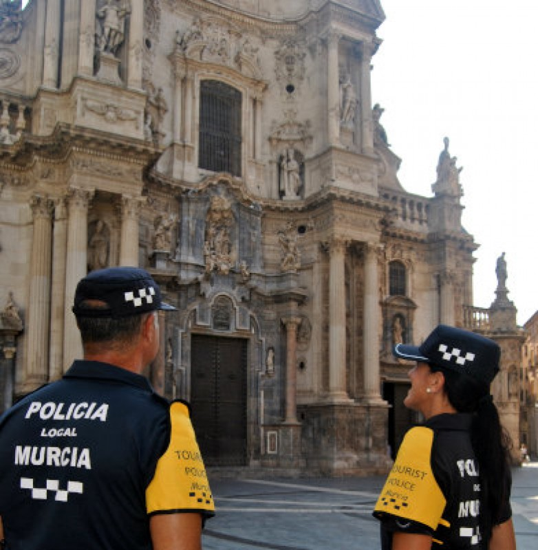 <span style='color:#780948'>ARCHIVED</span> - Tourist police on duty this summer in the Costa Cálida and the city of Murcia