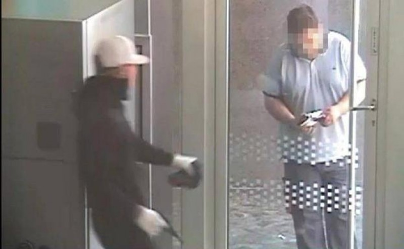 <span style='color:#780948'>ARCHIVED</span> - Málaga bank robber arrested after toy pistol falls in half during heist