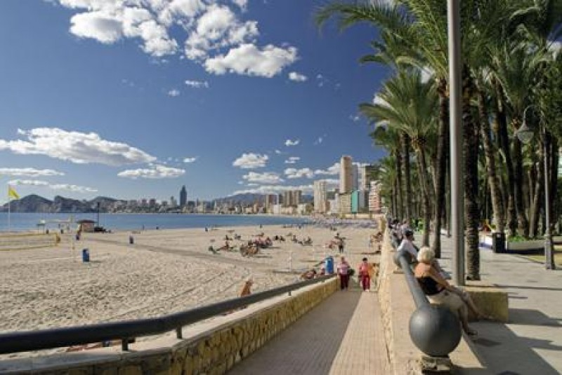 <span style='color:#780948'>ARCHIVED</span> - Man dies while attempting to save his wife at Benidorm beach