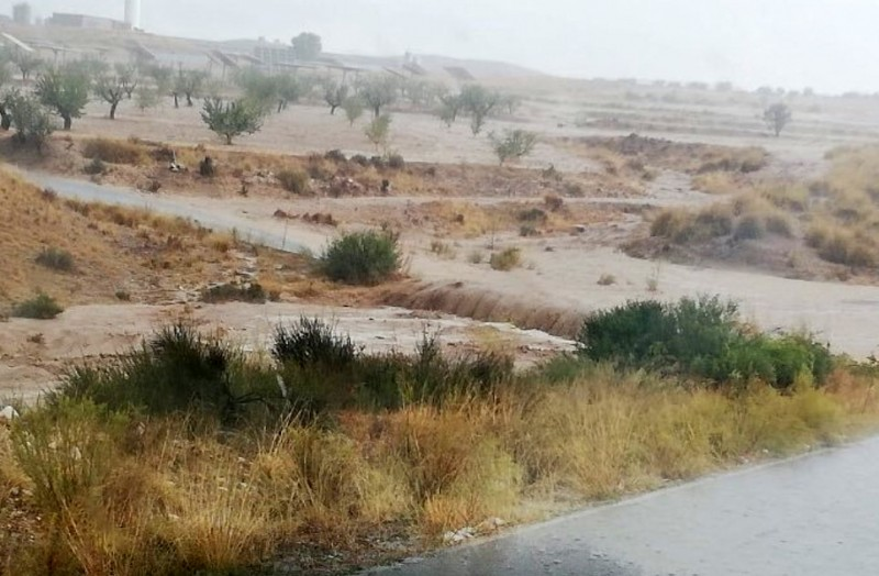 <span style='color:#780948'>ARCHIVED</span> - Heavy isolated showers cause road closure in rural Lorca