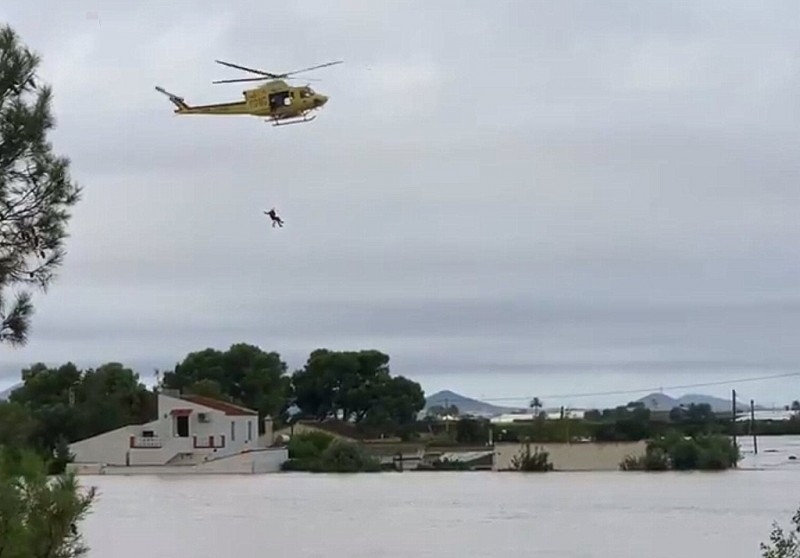 Video: Helicopter rescue of stranded homeowner as Rambla del Albujón bursts its banks