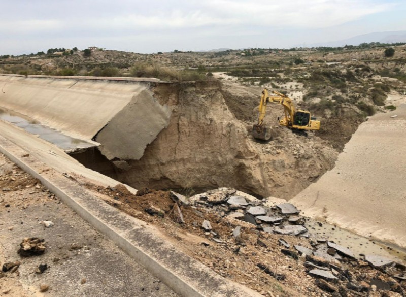 <span style='color:#780948'>ARCHIVED</span> - Repair work continues on massive hole in water distribution canal in Molina de Segura