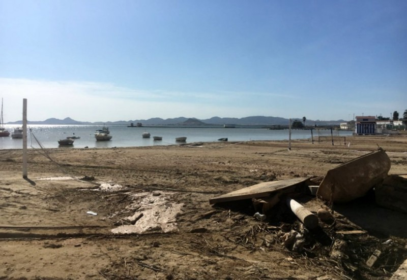 Bathing jetties could replace the sand at Playa de Carrión in Los Alcázares