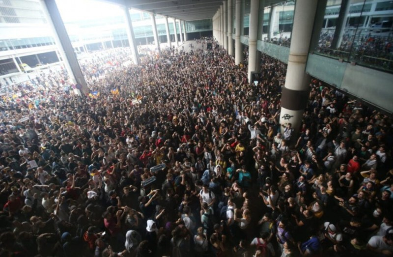 <span style='color:#780948'>ARCHIVED</span> - Over 100 flights cancelled as separatist demonstrators overrun Barcelona airport