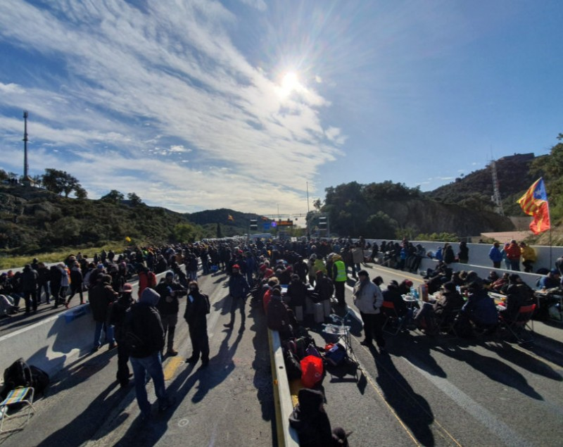 <span style='color:#780948'>ARCHIVED</span> - Catalan separatist demonstrators block the France-Spain border for 23 hours