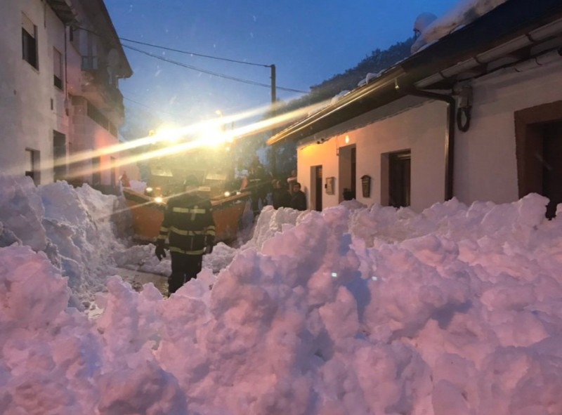 <span style='color:#780948'>ARCHIVED</span> - Military Emergencies Unit called out as snow isolates villages in northern Spain