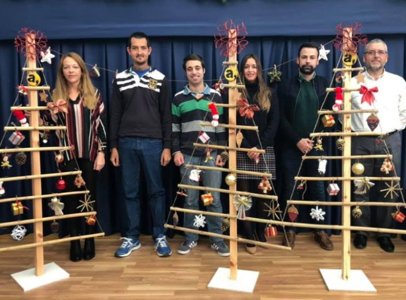 Mazarrón disabled centre users make Christmas trees for local shops