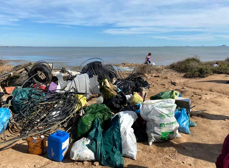 <span style='color:#780948'>ARCHIVED</span> - Volunteers collect over 2 tons of plastics and waste from the shore of the Mar Menor
