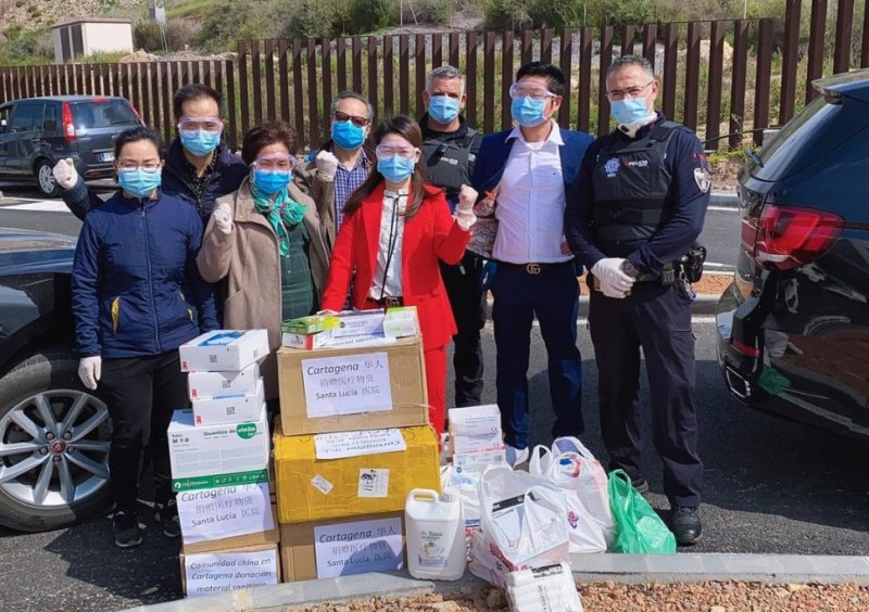 <span style='color:#780948'>ARCHIVED</span> - The Chinese community of Cartagena donates 2,000 facemasks to the local police