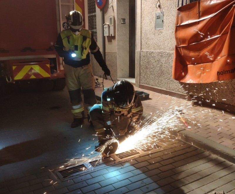 <span style='color:#780948'>ARCHIVED</span> - Firemen called in to cut stray cat out of a water pipe in Murcia